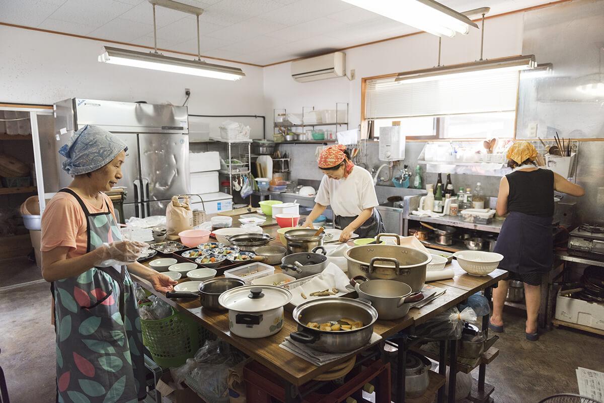農村レストランは2人の仲間と一緒に切り盛りしている。旬の野菜と新鮮な魚が何よりの自慢だ。